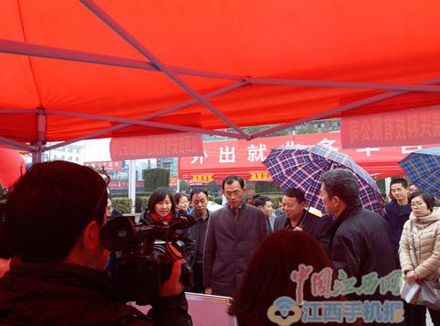 """江西省吉安市2017年""""春风行动""""就业月在火车站广场启动"""